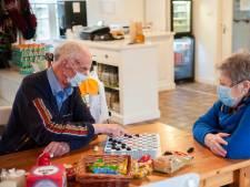 Kwetsbare ouderen in Boxtel en Esch dobbelen ondanks corona lekker verder