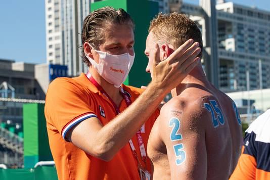 Pieter van den Hoogenband troost Ferry Weertman na zijn zevende plaats op 5 augustus bij de 10 kilometer open water.