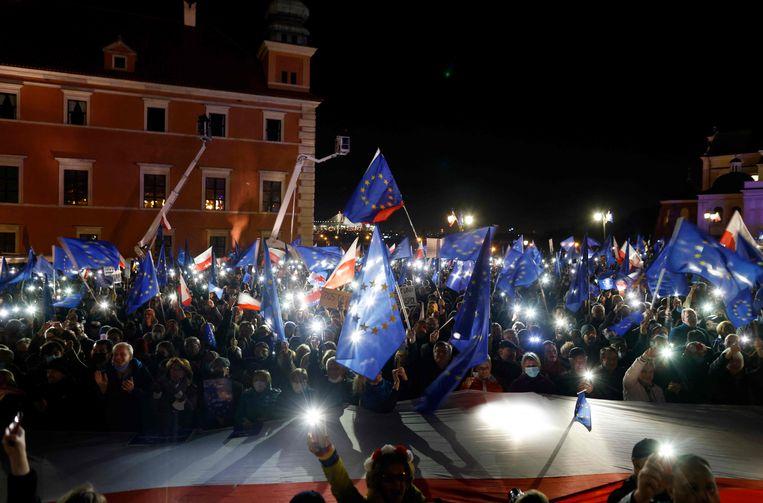 In Polen gingen zondag tienduizenden betogers de straat op om te demonstreren tegen een uitspraak van het Poolse Grondwettelijk Hof vorige week. Het Hof stelde dat Pools recht soms boven het Europees recht gaat. Ingewijden vrezen daarmee een crisis binnen de EU of zelfs het vertrek van Polen uit de EU. Beeld AFP
