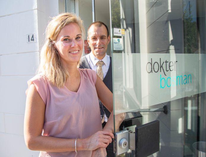 Loes de Vries leidt de praktijk in Zwolle. Achter haar psychiater Michiel Bosman, die elf jaar geleden de eerste van inmiddels 25 vestigingen opende in Utrecht.