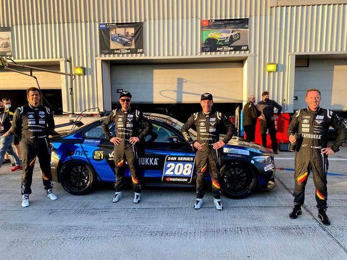 Het kwartet van PK Carsport met Peter Guelinckx, Stienes en Bert Longin en Stijn Lowette voor de nagelnieuwe BMW M2 in Dubai.