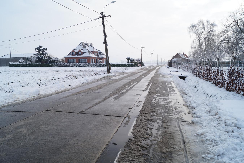 Opvallend genoeg werd een stukje fietspad op de grens van Torhout, Gits en Kortemark vorige week over het hoofd gezien tijdens het strooien (zicht vanuit Kortemark).