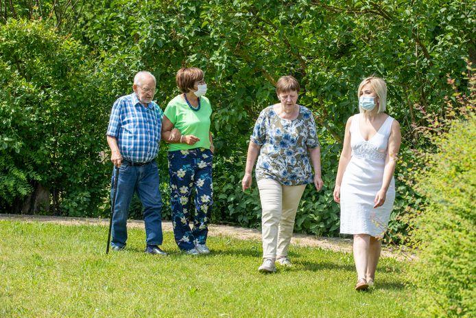 Patienten Louis Lebens en Rita Franssen (links) wandelen samen met twee vrijwilligers die zich inzetten voor de nauwe samenwerking tussen Het Zorghuis Limburg en het Heusdense Sint-Franciscusziekenhuis.