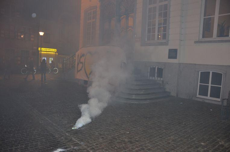 Zwarte rookbommen werden afgestoken voor het stadhuis.