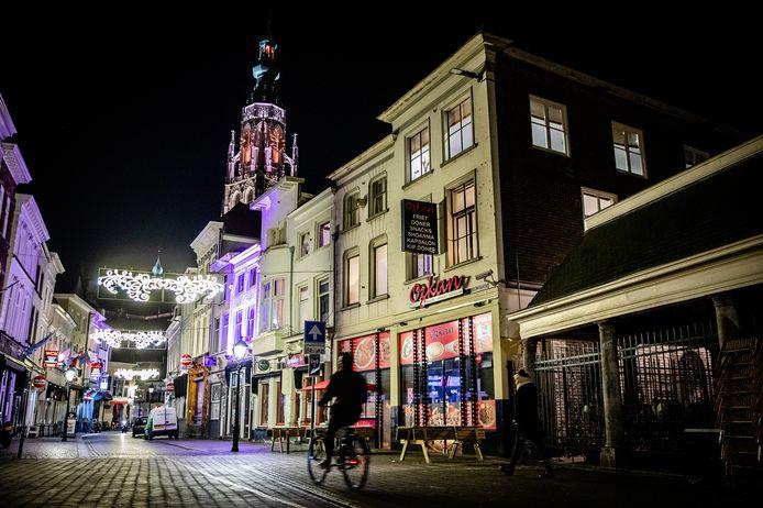 Straatbeeld in het centrum van Breda. In diverse steden is het 's avonds rustig, met enkele mensen op straat. Een avondklok is een mogelijke optie in de strijd tegen de verspreiding van het coronavirus. JEFFREY GROENEWEG/QPHOTO