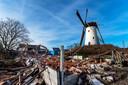 De bijgebouwen naast de Antoniusmolen in Halsteren worden nu gesloopt. Maandag zou er in Breda nog een bezwaar worden behandeld worden van mensen die de panden wilden behouden.