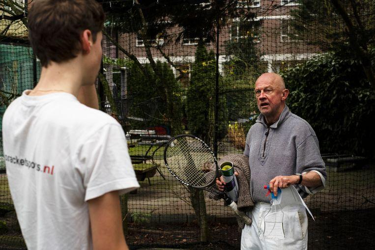 Rens Verhaar en Niek Sandmann op de tennisbaan van Villa Betty. Beeld Anneloes Pabbruwee