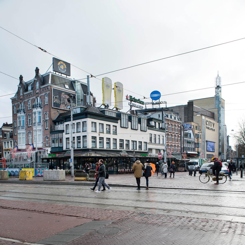 De twee Heinekenglazen op de hoek van het Leidseplein, in 2017.