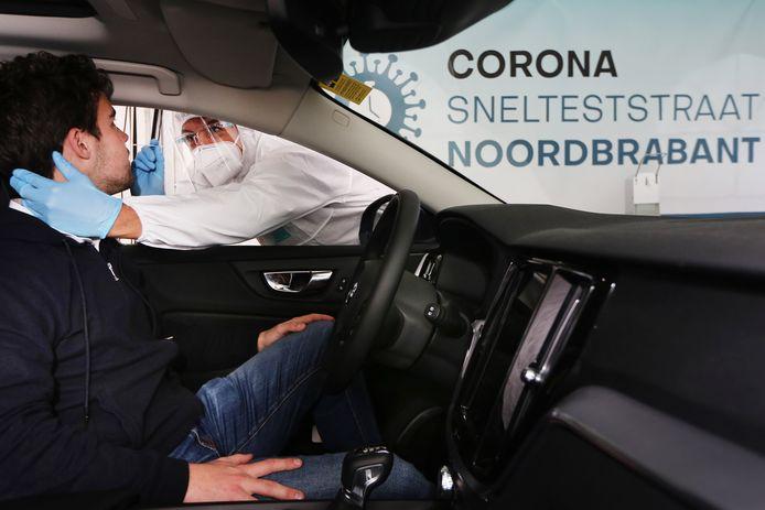 Een corona-sneltest aan de Ringbaan Noord in Tilburg.