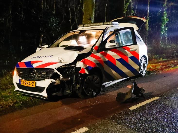 Man overleden na botsing tegen boom en politieauto in Riethoven