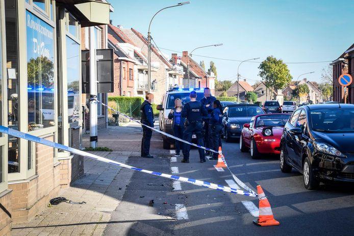 Aan rouwcentrum De Roos in de Kruisstraat in Overmere werd de wagen na een achtervolging klemgereden. Daarbij werd er zowel door de politie als de twee verdachten geschoten.