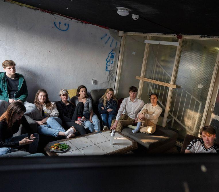 Bewoners van studentenhuis de Obrecht in Den Haag kijken dinsdagavond samen naar de persconferentie. Beeld Freek van den Bergh / de Volkskrant