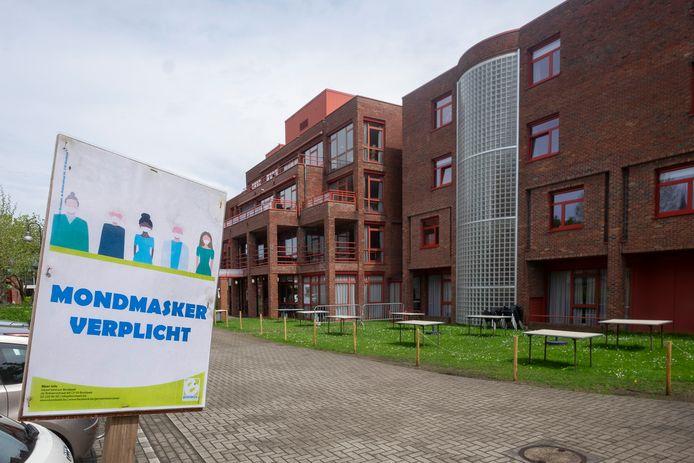 Voorlopig zitten alle 95 bewoners van het woonzorgcentrum Compostela in quarantaine, nadat vijf bewoners en personeel besmet raakten met de Indiase variant van het coronavirus.