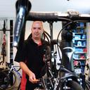 Schouw is juist een Pinarello Dogma aan het afmonteren, een voormalige teamfiets van Ineos.