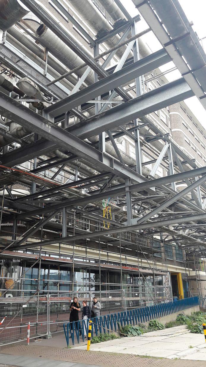 Het Veemgebouw aan de Torenallee op Strijp-S in Eindhoven wordt de komende maanden helemaal in de steigers gezet; daarna begint de renovatie die negen maanden tijd kost.