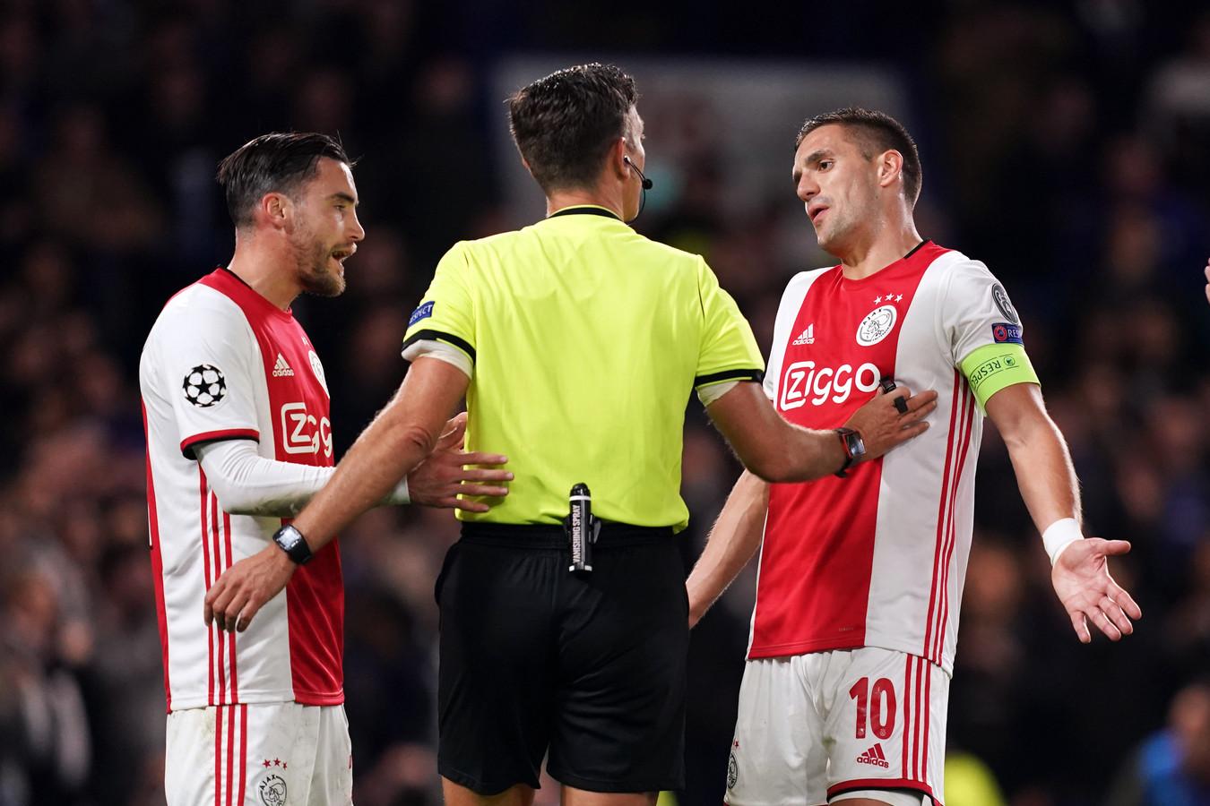 Dusan Tadic in gesprek met scheidsrechter Gianluca Rocchi.