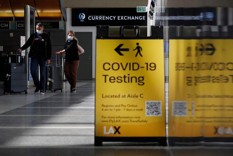 Reizigers arriveren op het vliegveld Tom Bradley in Los Angeles. De Verenigde Staten hanteren uiterst strenge inreisrestricties, die president Biden hoopt te kunnen versoepelen met een vaccinatiebewijs.  Beeld EPA