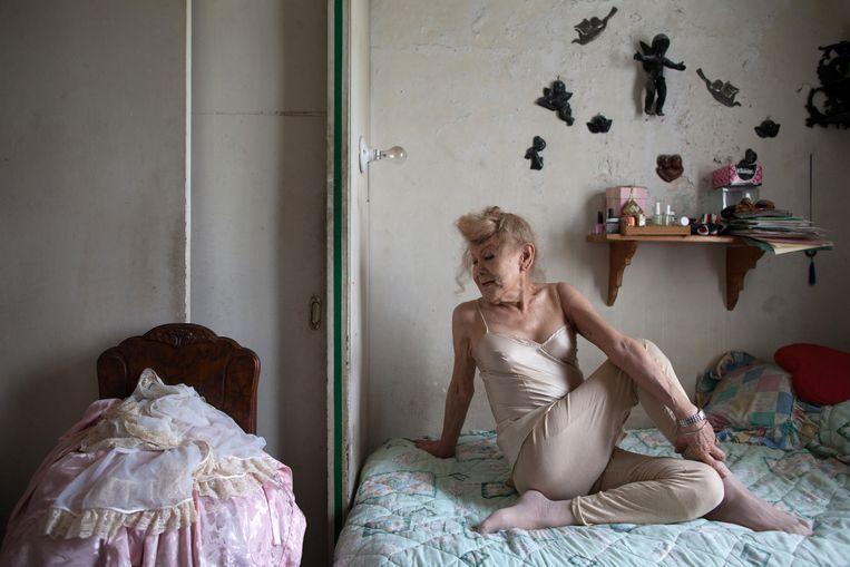 De dag van senior Flores begint steevast met een potje yoga in haar slaapkamer. Beeld null
