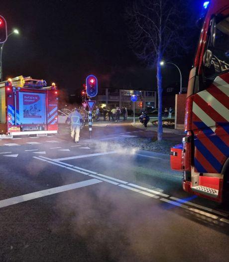 Aanrijding in Hengelo: persoon door brandweer uit auto bevrijd