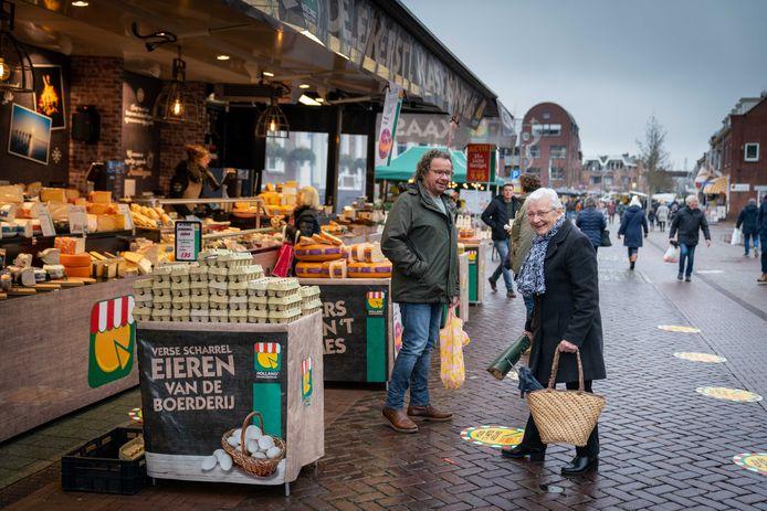 De warenmarkt in Elst oogt rustig. Toch hebben de kramen met levensmiddelen voldoende aanloop.