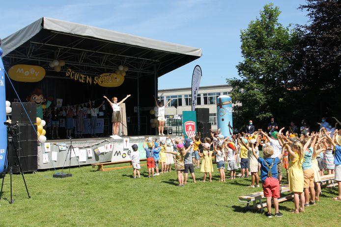 De kinderen van De Talententuin waren voor de gelegenheid in het goud uitgedost en mochten een optreden van de Ketnetband bijwonen.