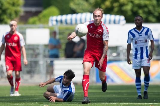 Ray Kroon (midden) namens Goes in actie tegen FC Lienden.