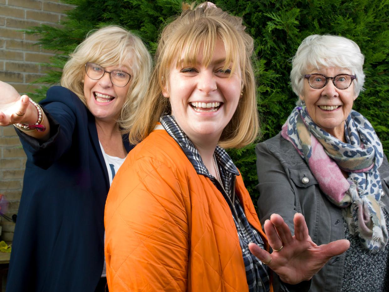 Trienette Struik (60). Marina van Dieren (26) en Reiny Struik (85). Beeld Eva Roefs