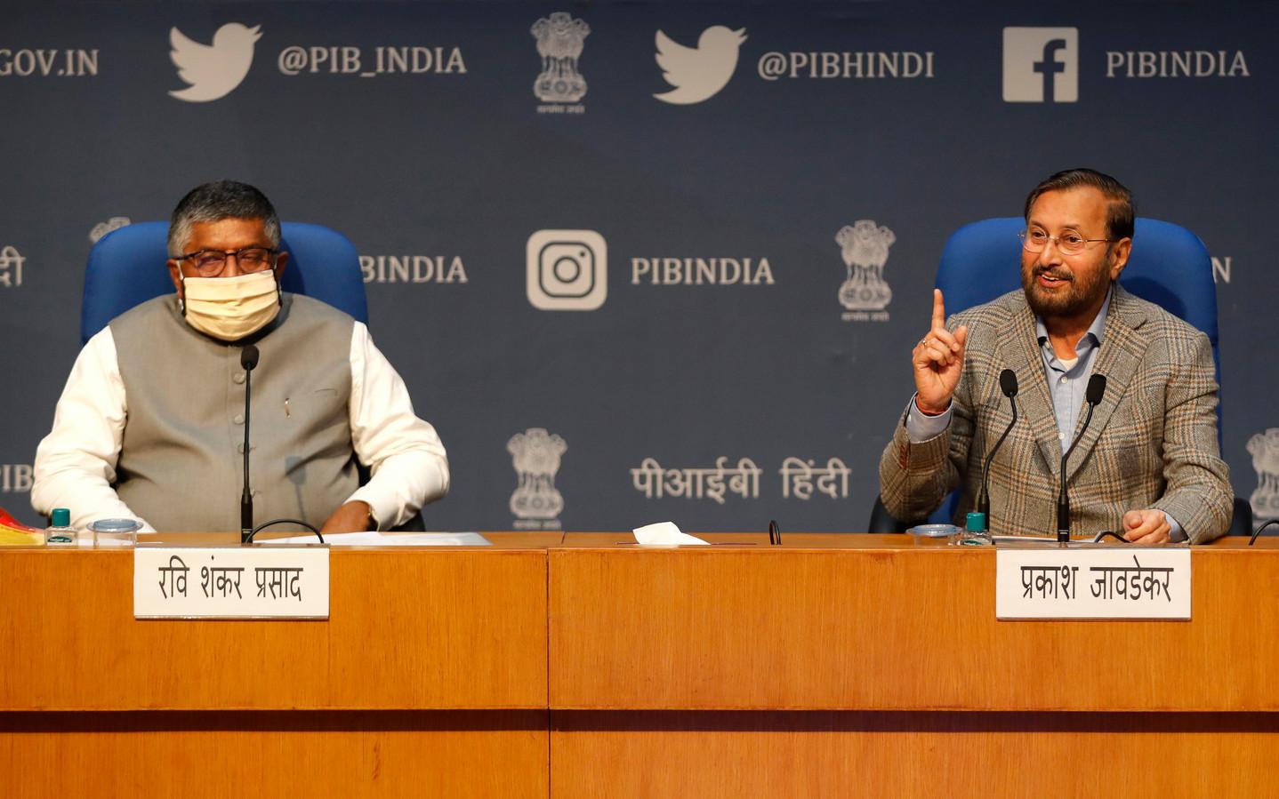 De Indiase ministers Ravi Shankar Prasad (links) en Prakash Javadekar vertellen tijdens een persconferentie eind mei over de nieuwe regels voor sociale media.