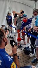 Remco Evenepoel steekt Mark Cavendish als een volleerde journalist een smartphone onder de neus na diens zege in de slotrit van de Baloise Belgium Tour.