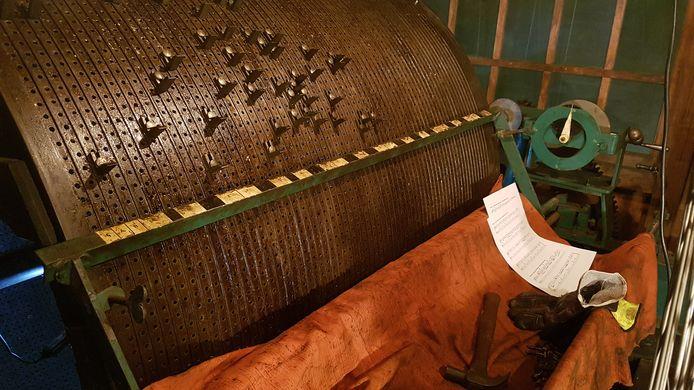 De trommel met de pinnetjes, die het carrillon aanstuurt.
