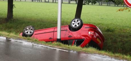 Auto vliegt over de kop en belandt in sloot: bestuurder gewond