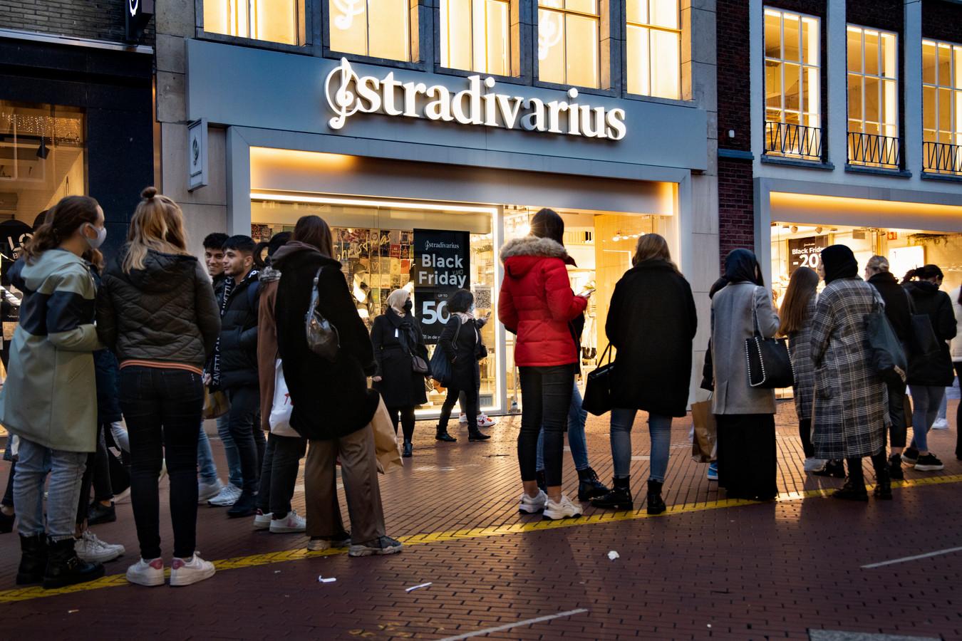 Ook voor Stradivarius staat een rij.