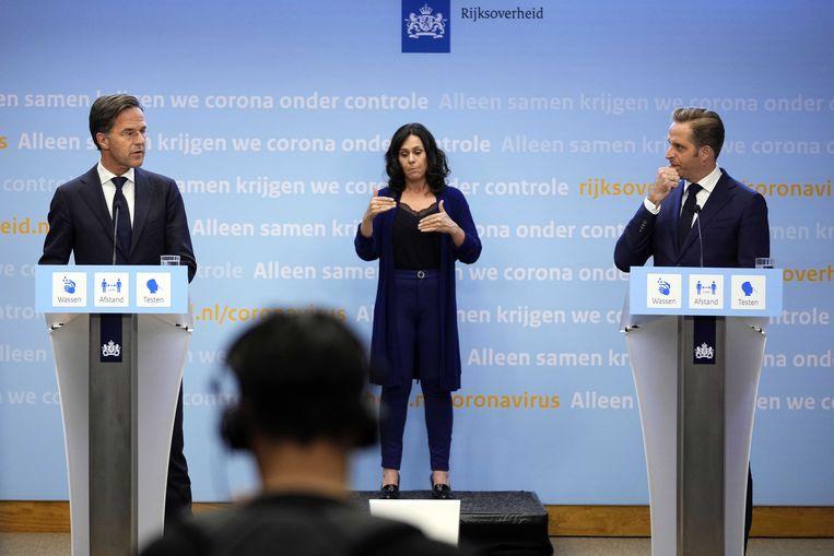 Demissionair premier Mark Rutte en demissionair coronaminister Hugo de Jonge tijdens een extra ingelaste persconferentie.  Beeld ANP