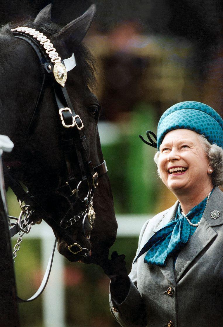 'Op haar landgoed bloeit de koningin open', zegt De Paepe. 'Haar dieren zijn haar uitlaatklep.' Beeld Tim Graham Photo Library via Get