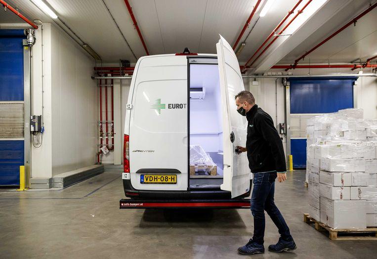 Ook coronavaccins als die van van Pfizer en BioNTech gaan via distributiecentra ( zoals hier vanaf het bedrijf Movianto) op transport. Beeld ANP