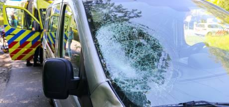 Automobilist ziet fietser over het hoofd in Apeldoorn: slachtoffer klapt op voorruit en raakt gewond