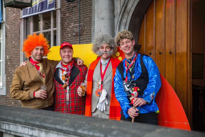 Grote Markt, stadhuis Breda. Derde van links Klaas Dijkhoff - zonder baard! - als de baron. Links wethouder Boaz Adank met Bassie-pruik.