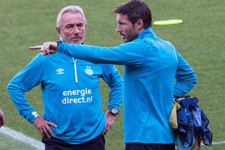 PSV traint in aanloop naar de Champions League wedstrijd tegen Barcelona. Naast Van Bommel is ook Bert van Marwijk ter ondersteuning bij de trainingen aanwezig.  Beeld null