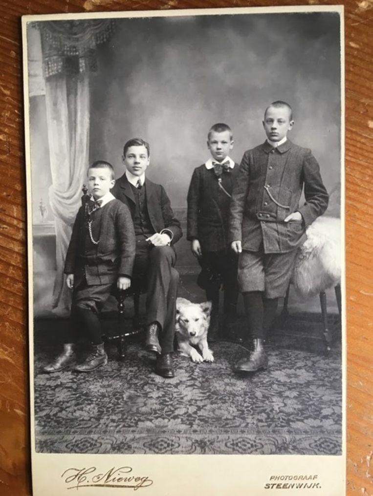 De kinderen Tromp Meester met hond Nansen. Beeld Vereniging Hendrick de Keyser