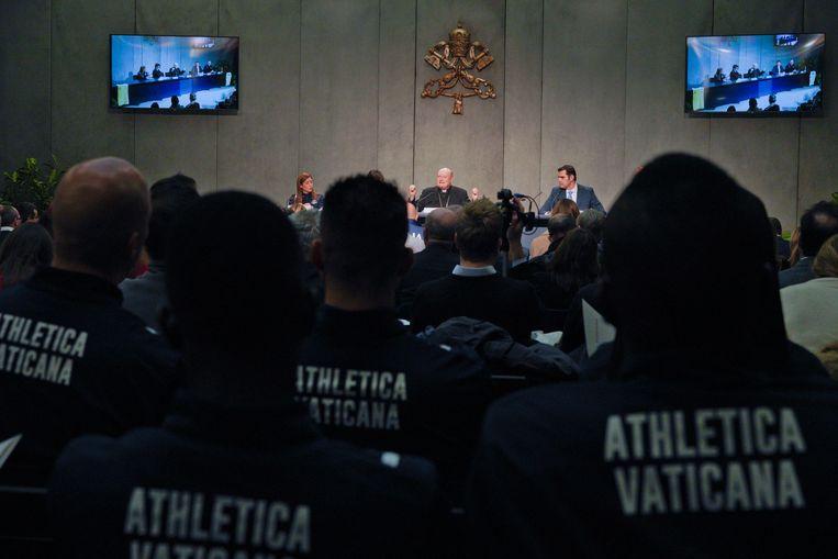 Teamleden wonen de persconferentie over 'Athletica Vaticana' bij. Beeld AP