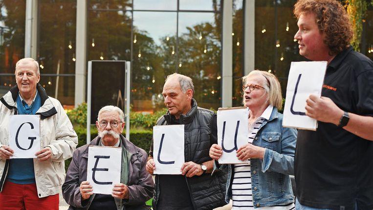 Leden van een actiegroep uit Hoenderloo maken in Apeldoorn ondubbelzinnig duidelijk wat ze van de plannen voor vliegveld Lelystad vinden Beeld Guus Dubbelman / de Volkskrant