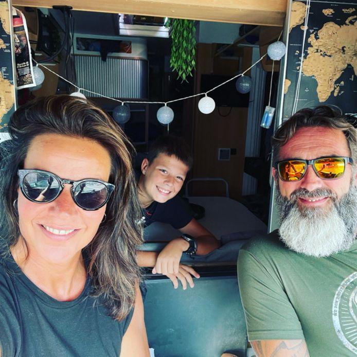 Liesbeth, Ronald en Leff tijdens hun zeven maanden durende reis met een camper door Europa.