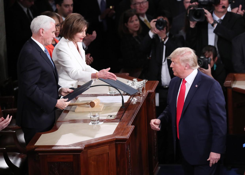 2020: Donald Trump negeert de uitgestoken hand van Huis van Afgevaardigden-voorzitter Nancy Pelosi.