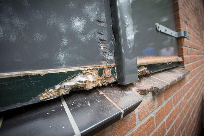 De luiken voor de ramen van het clubgebouw zijn met grof geweld opengebroken