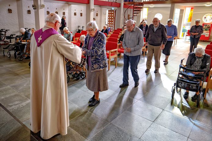Heilige communie bij de dienst in de kapel van klooster Notre Dame