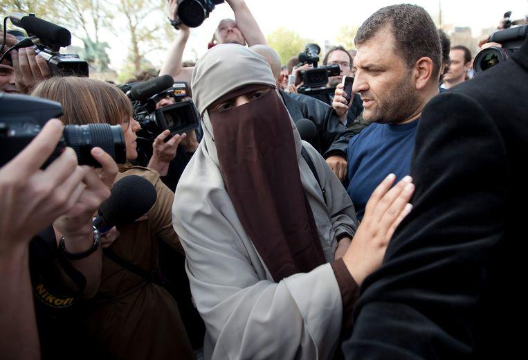 De Franse Kenza Drider is een bekende tegenstander van de gezichtsbedekkende kleding. Zij verzet zich fel tegen het verbod dat sinds 11 april in Frankrijk van kracht is. Op de dag dat het boerkaverbod in werking trad, stond zij, gehuld in nikab, de pers te woord bij de Notre-Dame in Parijs. Kort daarna werd zij door agenten in burger gearresteerd. Beeld EPA