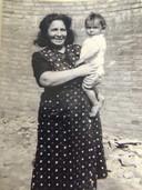 Sara Frankenhuis met haar jongste kind Robert op de arm.