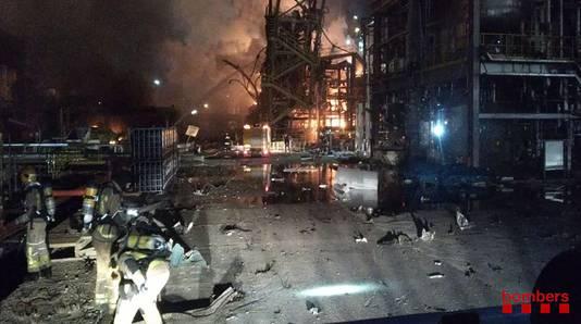 De ravage bij de fabriek in Tarragona is enorm na de explosie en daaropvolgende brand.