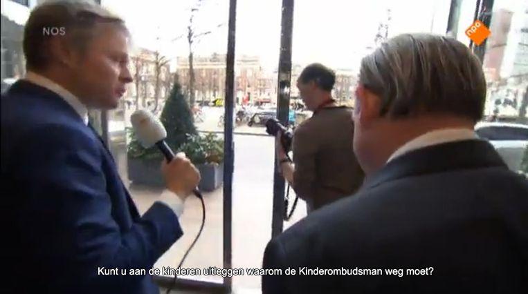Ombudsman Reinier van Zutphen negeert de verslaggever van het Jeugdjournaal. Beeld