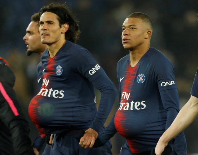 Allebei een hattrick, dan mag je de wedstrijdbal houden... Edinson Cavani en Kylian Mbappé.